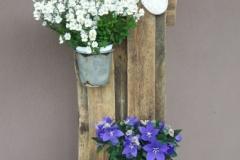 Fröhlicher Blumenständer
