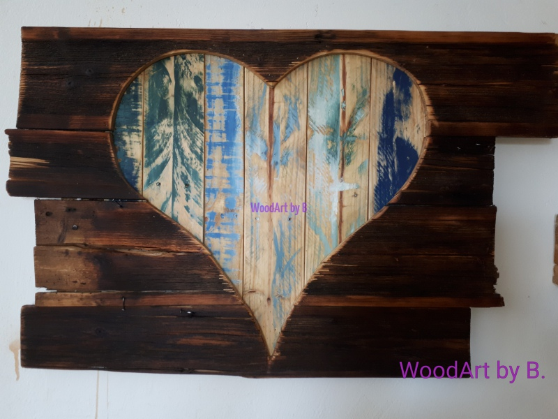 Deko-Herz hinter AltholzWanddekoration aus Palettenholz, großes Herz, waagrecht