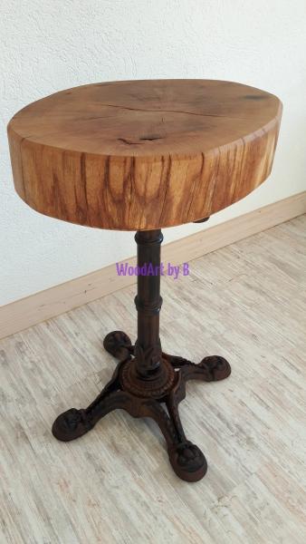 Tisch mit Baumscheibe aus Eiche
