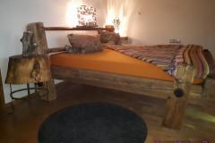 Bett im Balkendesign