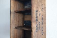 Holzkiste und Regal